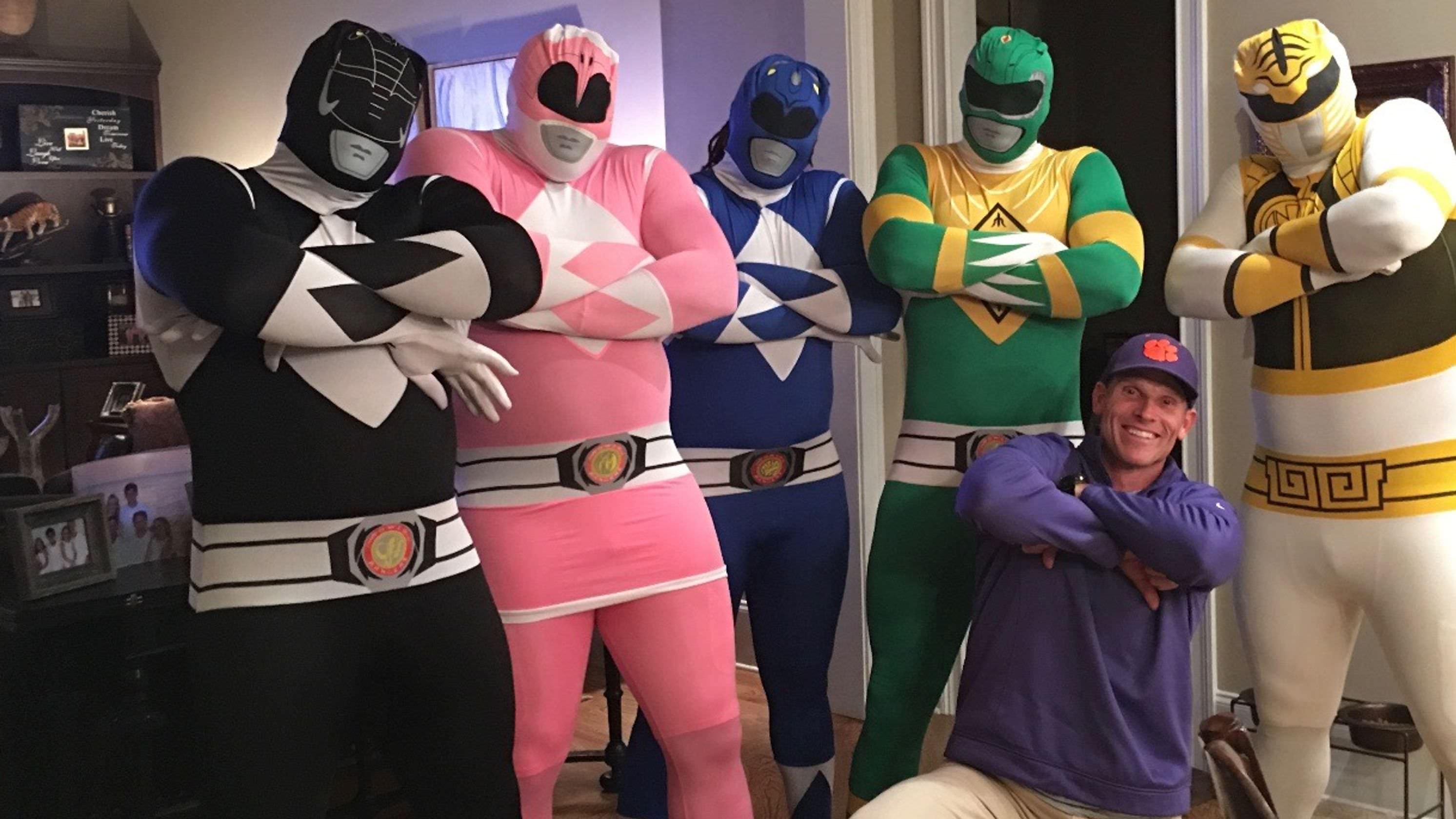 São os Power Rangers? Não, é apenas a linha defensiva de Clemson celebrando o Halloween
