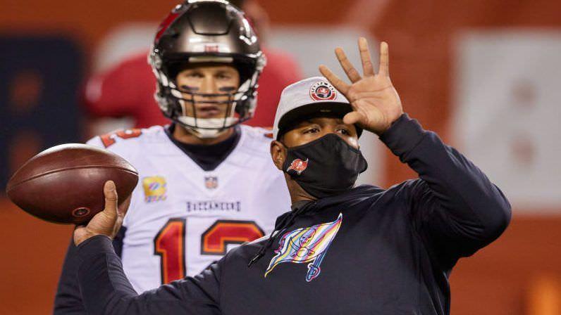 """Byron Leftwich sobre a influência de Tom Brady no ataque: """"O quarterback é o ataque"""""""
