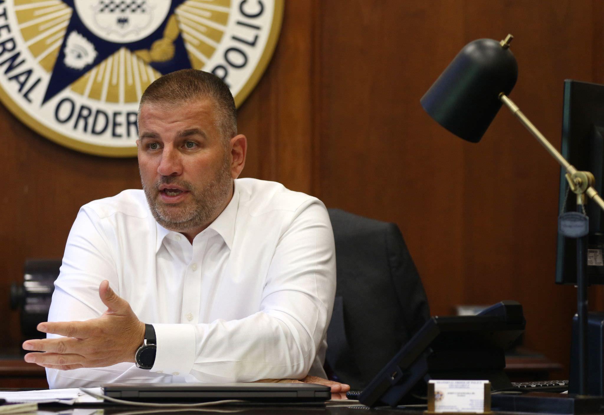 Polêmico presidente do sindicato da polícia de Chicago enfrenta possível demissão por causa de postagens inflamadas nas redes sociais
