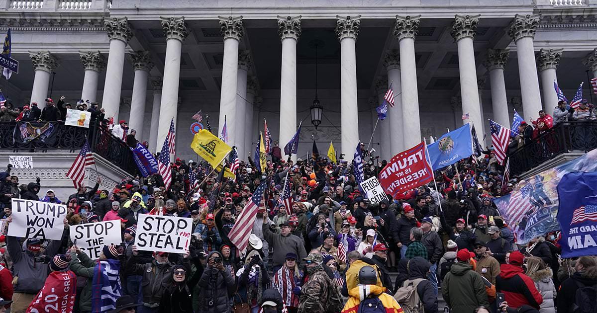 """Vamos parar de chamar a turba pró-Trump que invadiu o Capitólio de """"manifestantes"""""""