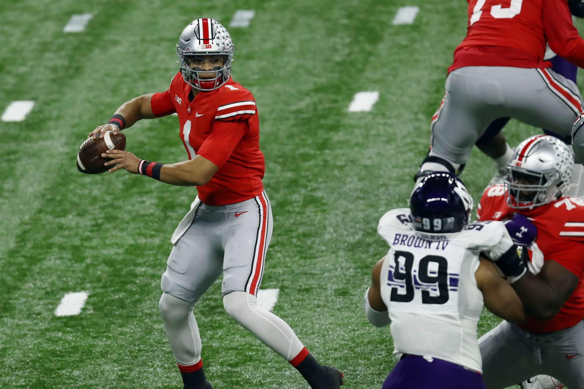O avaliador de talentos da NFL acredita que Justin Fields é um dos 15 primeiros iniciantes
