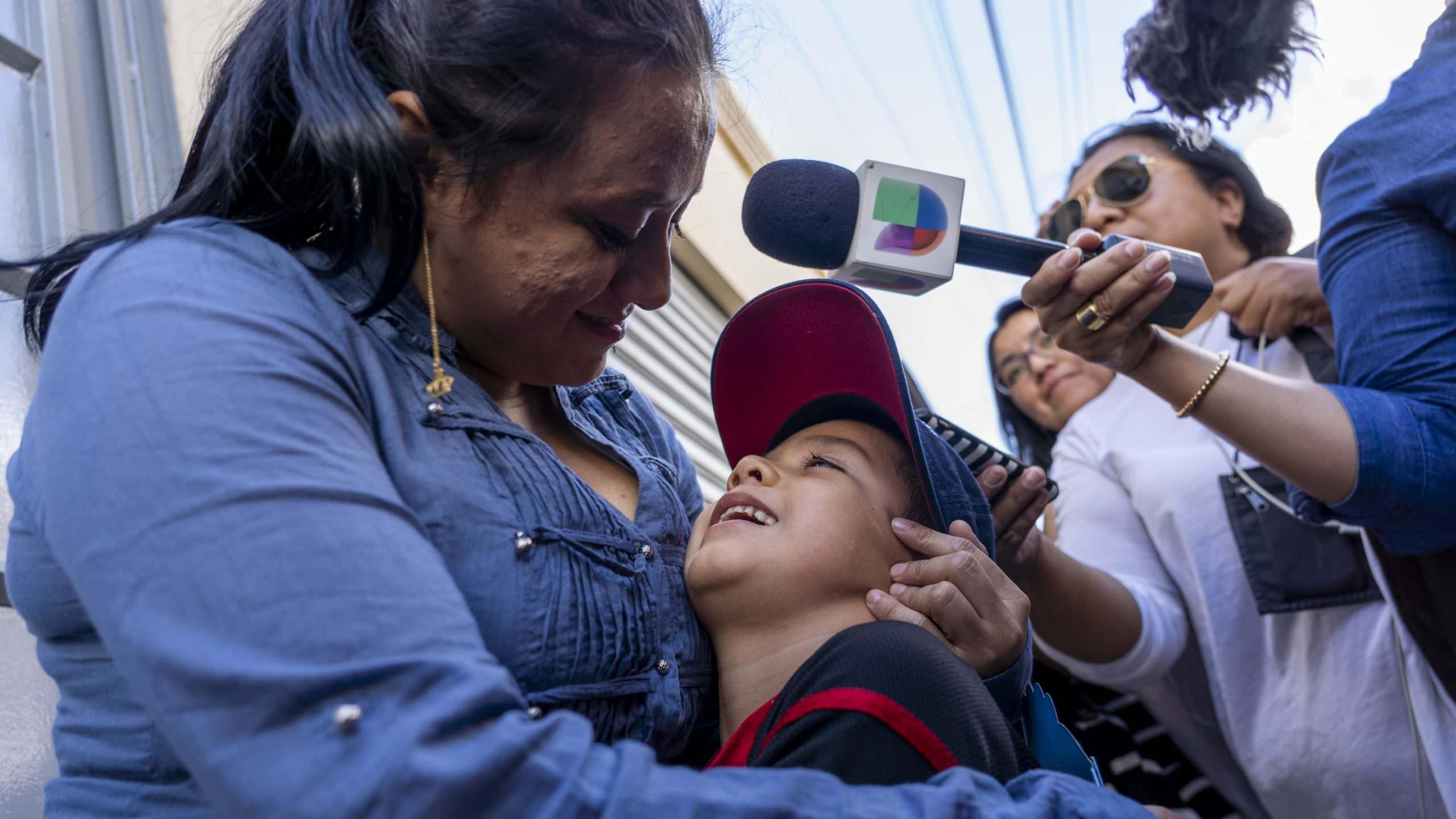 'Aterrorizado pela culpa e pela dor.'  Processos judiciais detalham traumas de separações familiares na fronteira EUA-México