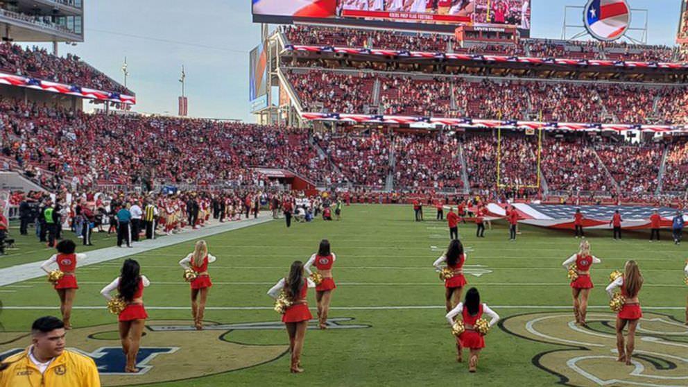 49ers líder de torcida leva um joelho durante o hino nacional