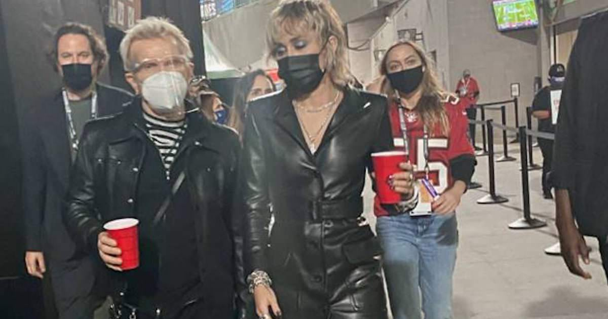 Miley Cyrus assistiu ao Super Bowl usando esta jaqueta de couro sexy como vestido