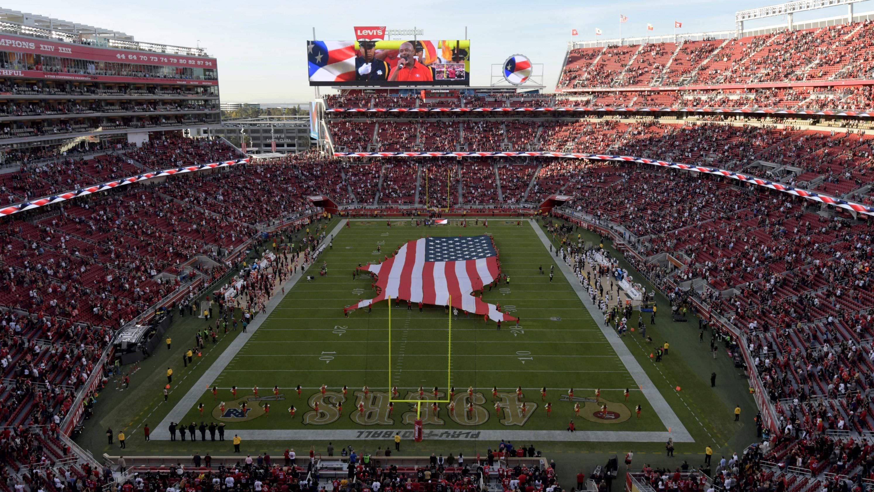 A animadora de torcida do San Francisco 49ers parece ficar de joelhos durante o hino nacional