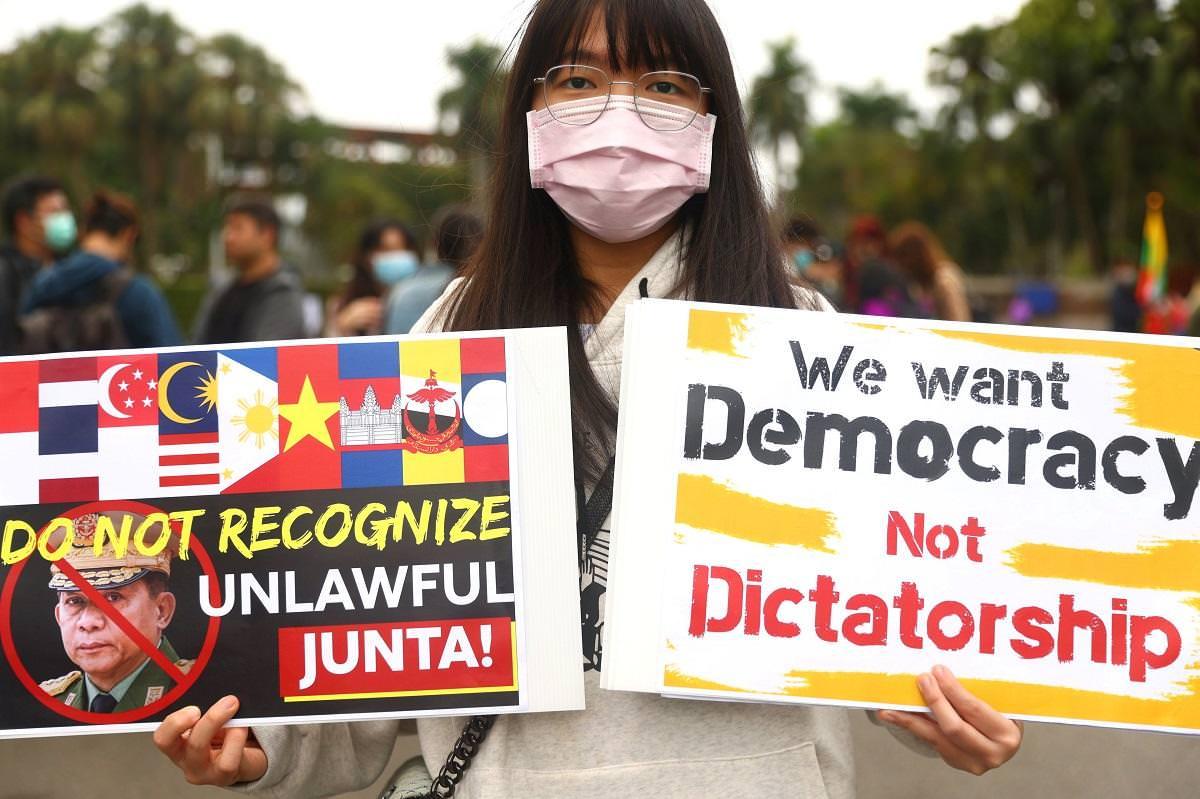 Ativistas da Milk Tea Alliance em toda a Ásia realizam manifestações contra golpe em Mianmar