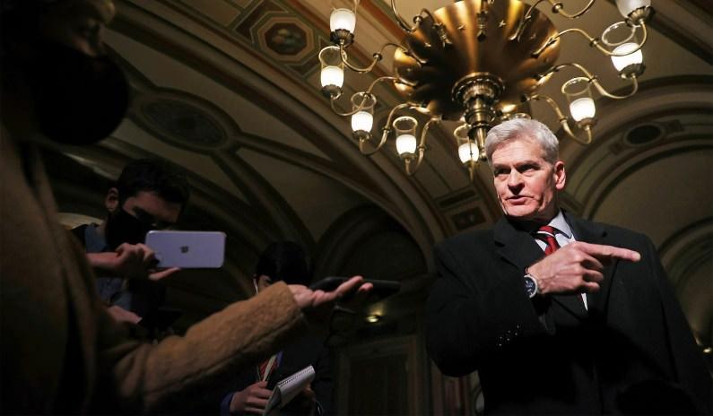 """Bill Cassidy afirma que as políticas de Biden são """"inteiramente"""" culpadas pelo influxo de migrantes na fronteira sul"""