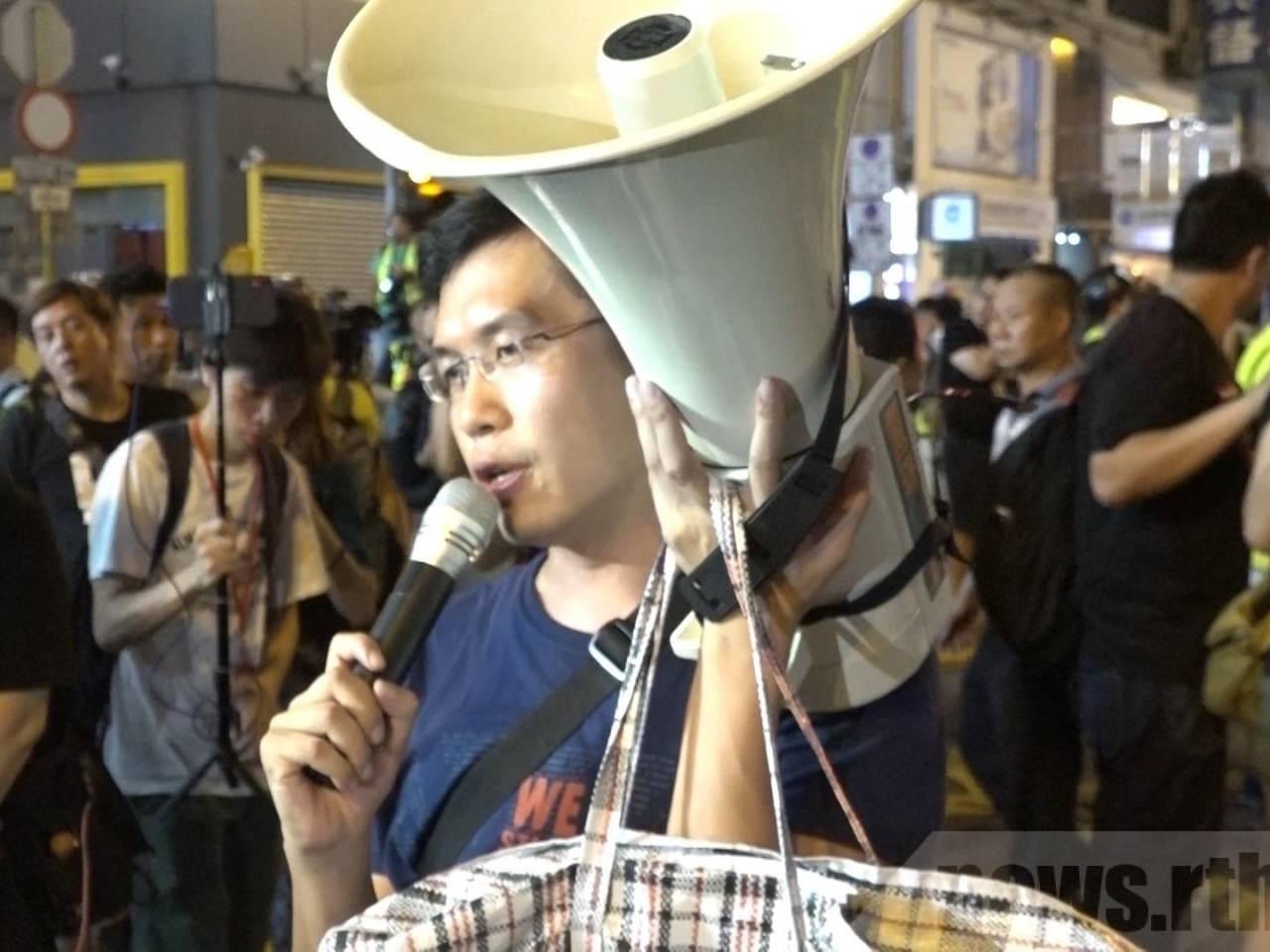 Au Nok-hin condenado à prisão por assaltos a alto-falantes