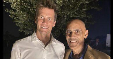 Tom Brady e Tony Dungy parecendo assustadores como o inferno é o primeiro meme da temporada da NFL