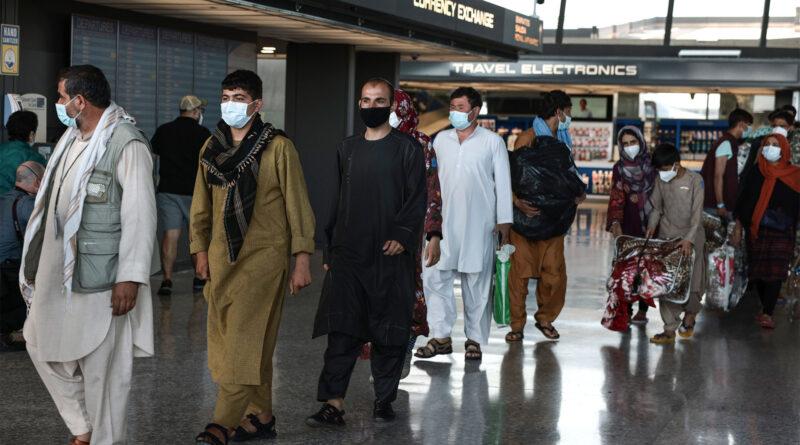 Receios de fraude em passaportes complicam a evacuação do Afeganistão: Relatório