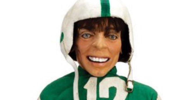 Este horrível e provavelmente assombrado boneco Joe Namath deveria ser o mascote dos Jets