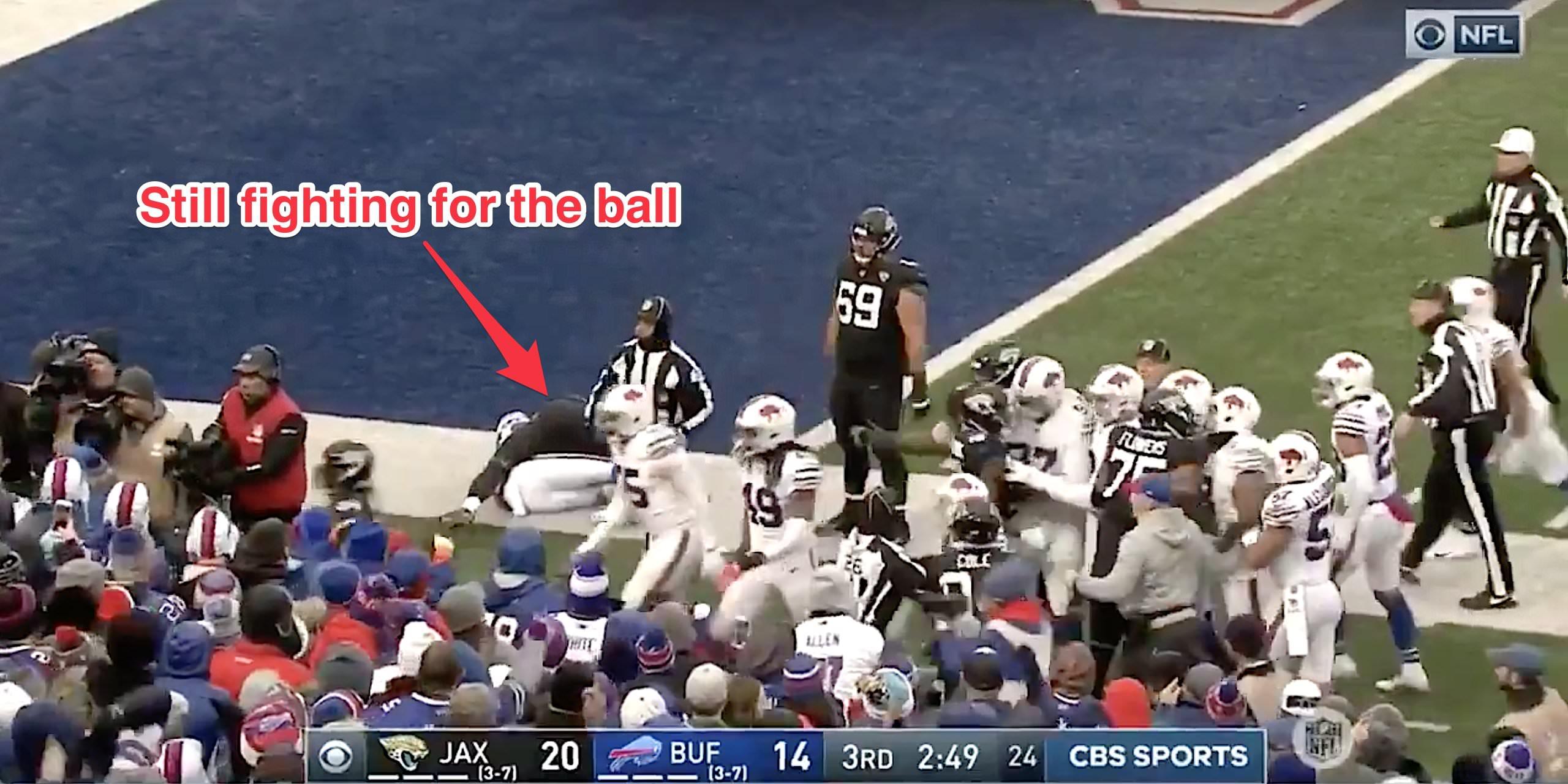 Brawl irrompe entre Jags e Bills enquanto 2 jogadores lutam no chão para a bola em cena bizarra e selvagem