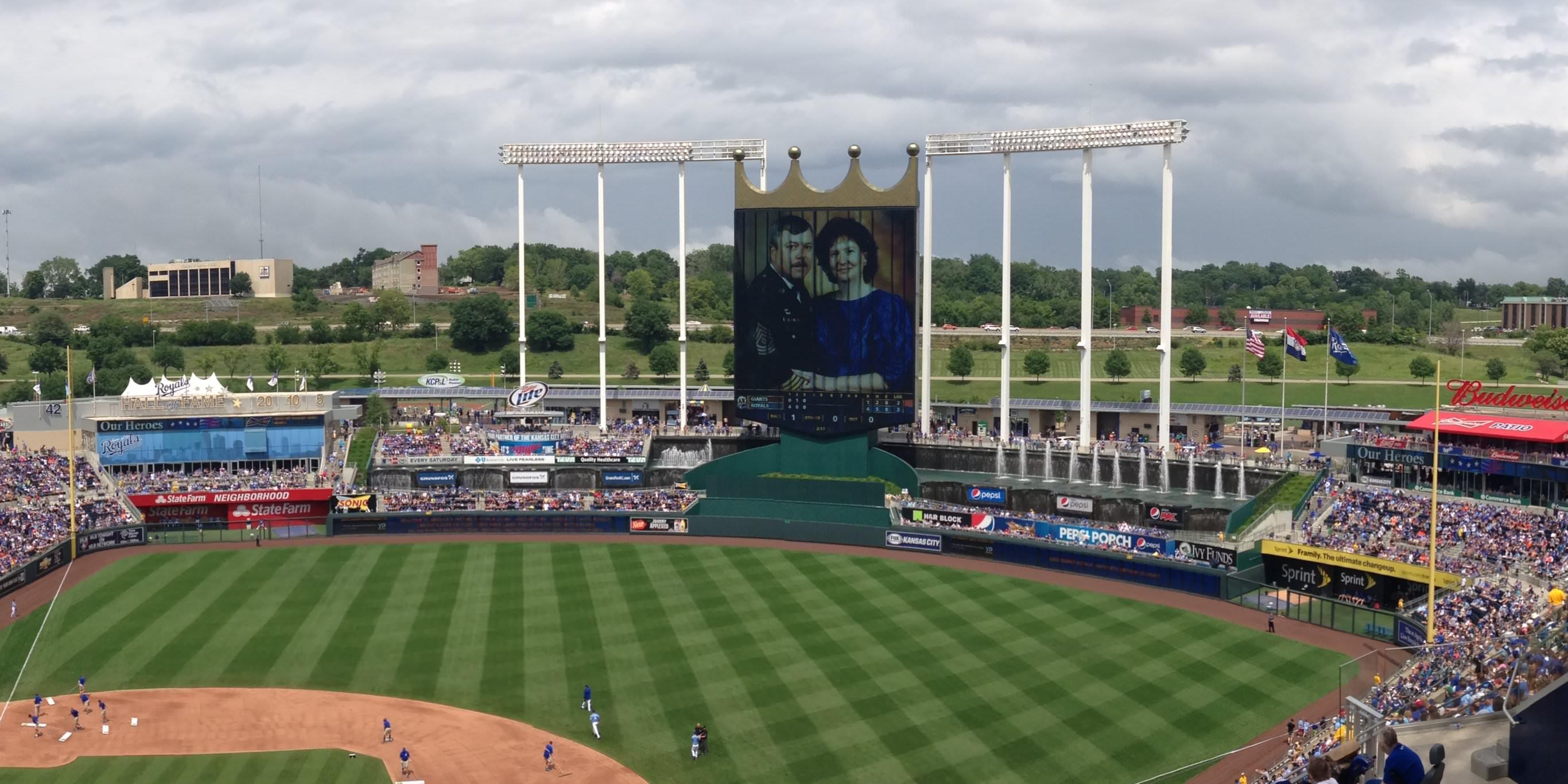 Um helicóptero de telejornal pegou um jogo de 'Mario Kart' sendo exibido na tela jumbotron de 106 pés do Kansas City Royals (NTDOY)