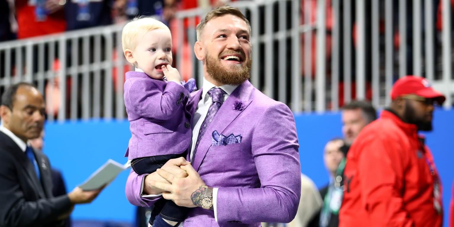 Conor McGregor e seu filho usaram ternos de correspondência para o Super Bowl, e foi adorável