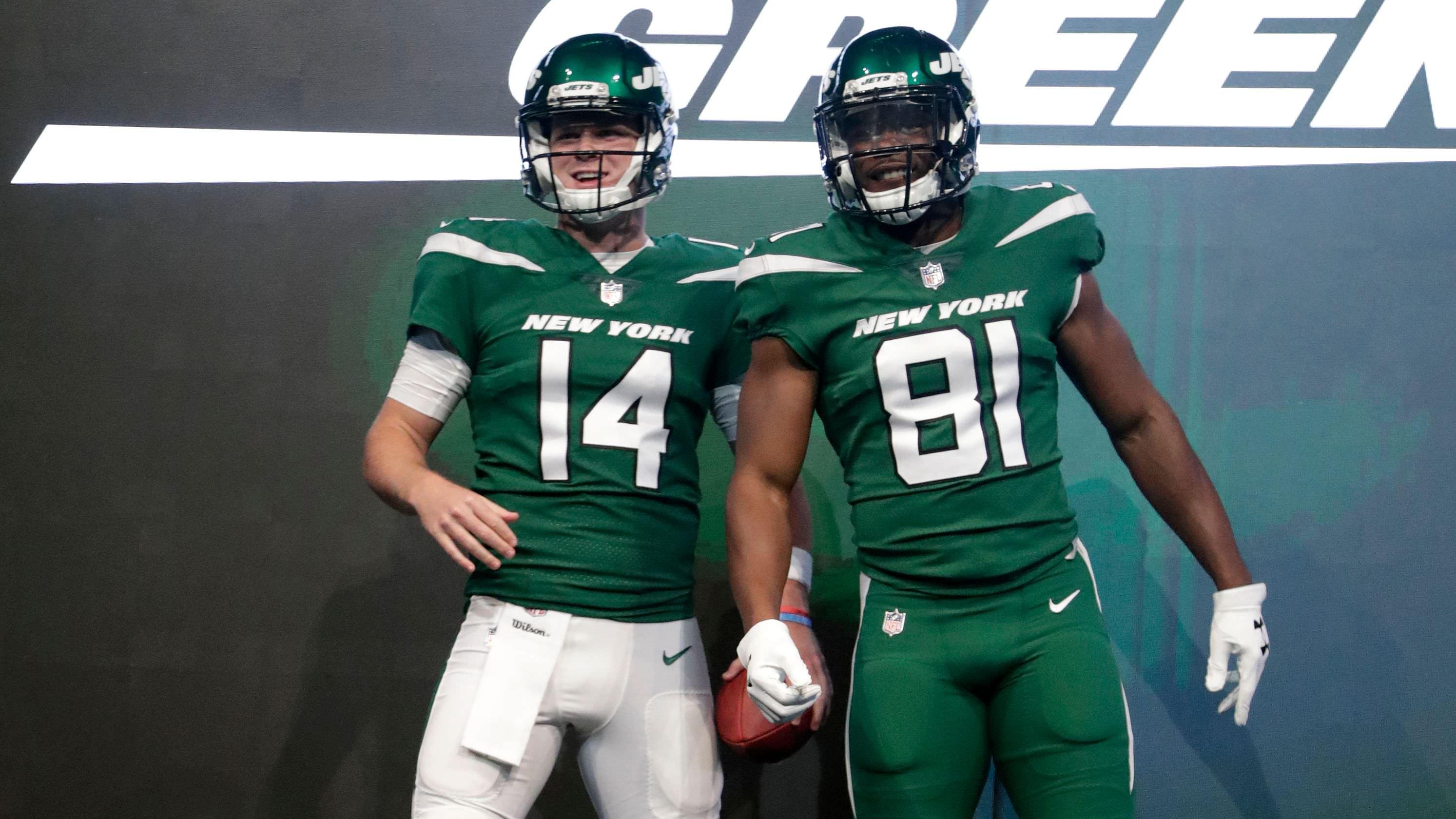 4 e segunda-feira: Novo uniforme revelado. Nova liga se desfaz.
