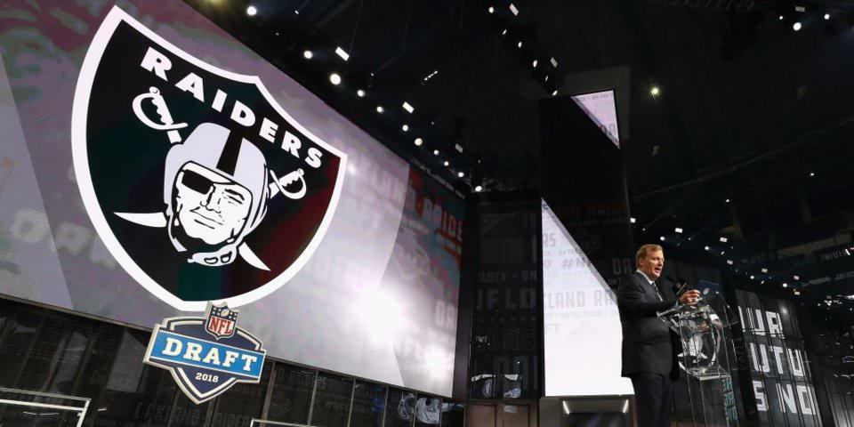 NFL MOCK DRAFT: Aqui está o que os especialistas estão prevendo para todos os 32 picos da primeira rodada