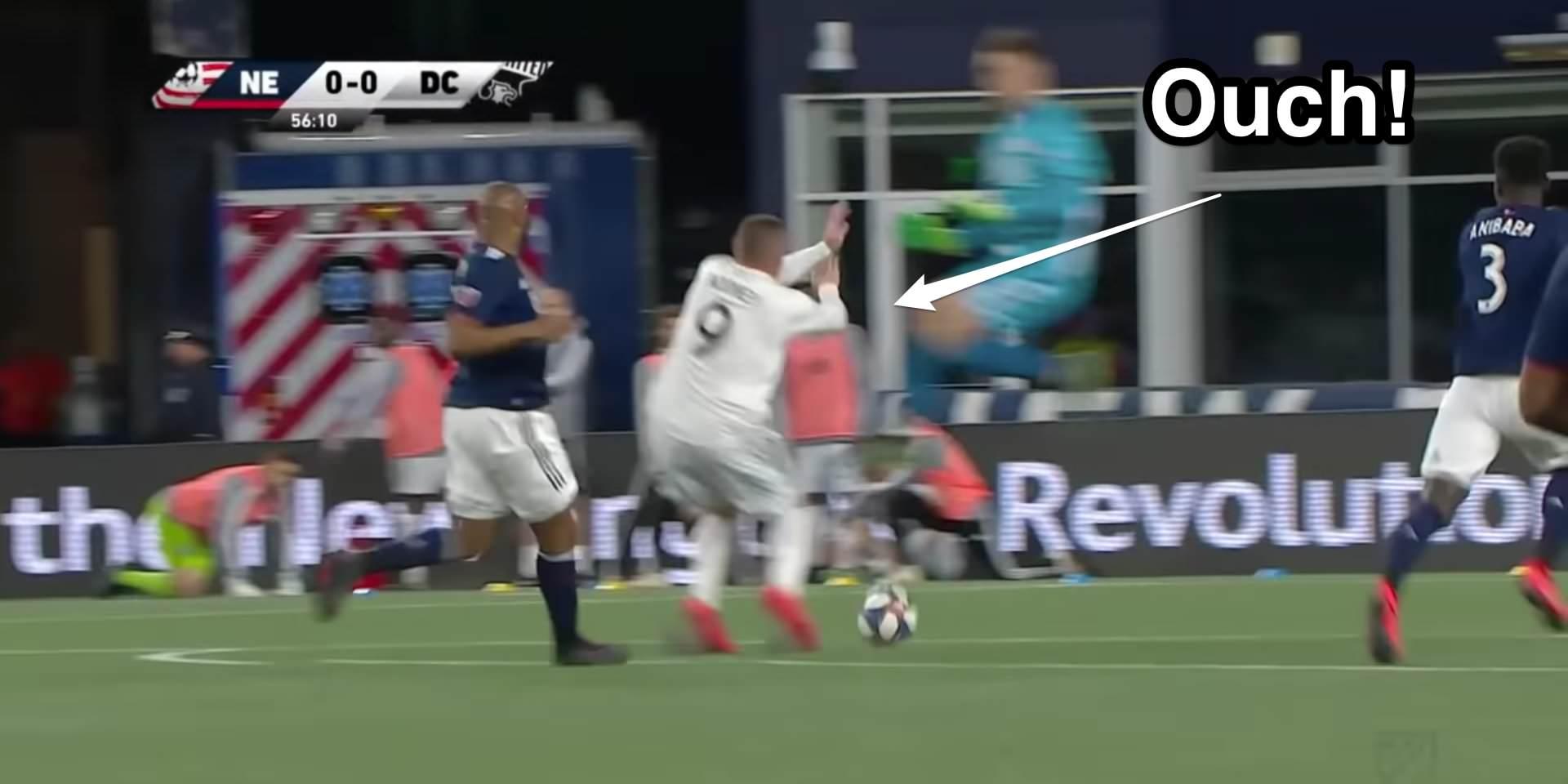 Wayne Rooney foi esmagado por um goleiro de cobrança em um desafio brutal que resultou em um cartão vermelho