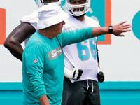 Os golfinhos se separam com o treinador de O-line Pat Flaherty