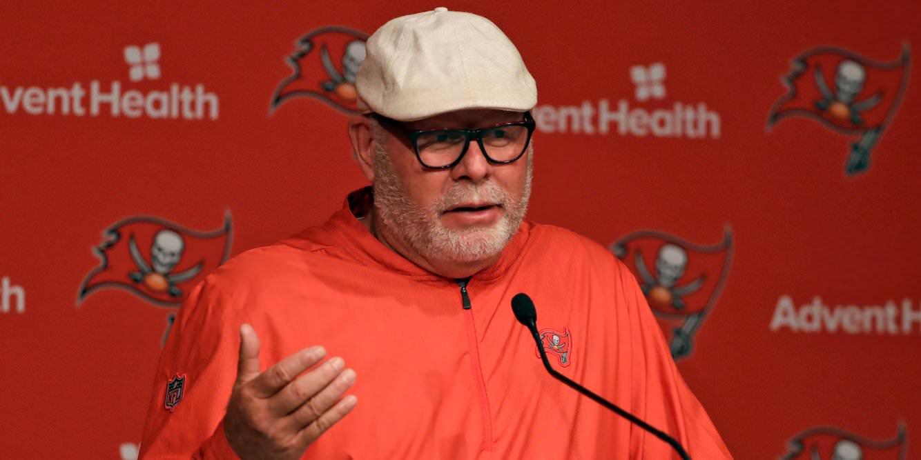 """O treinador do Bucs, Bruce Arians, disse que disse a sua equipe que ele iria demiti-los se eles sentissem saudades dos eventos de seus filhos porque """"esses anos não voltam""""."""
