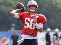 Jarrett Stidham virando cabeças no campo dos Patriots