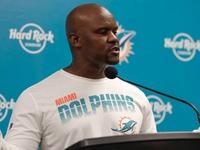 Treinador de golfinhos Brian Flores: Eu apoio Kenny Stills