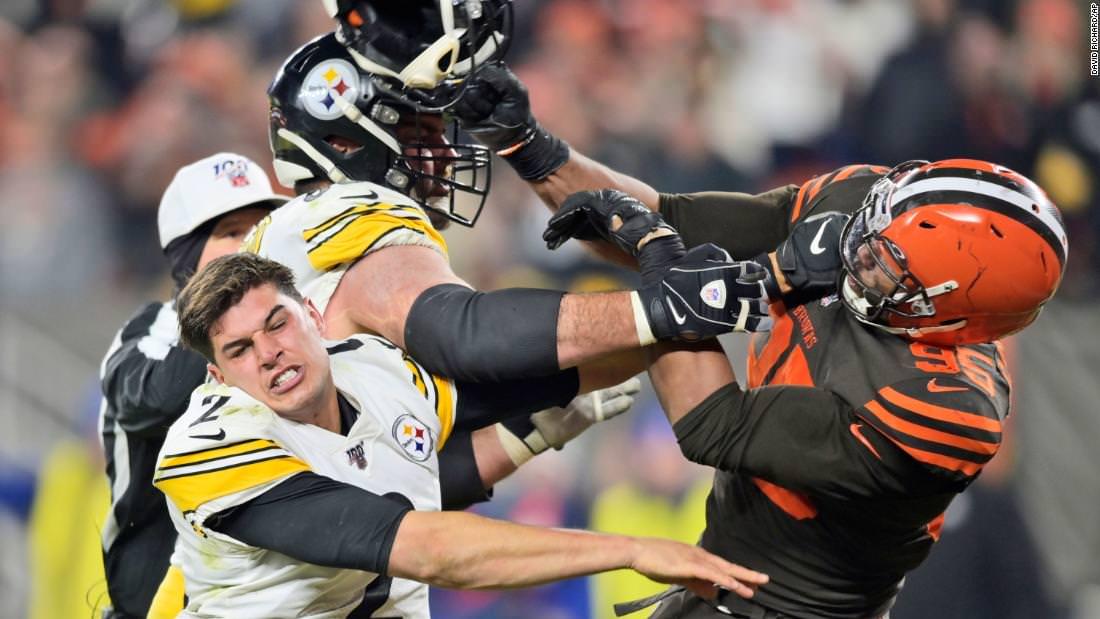 NFL suspende Myles Garrett indefinidamente por usar capacete na cabeça do zagueiro