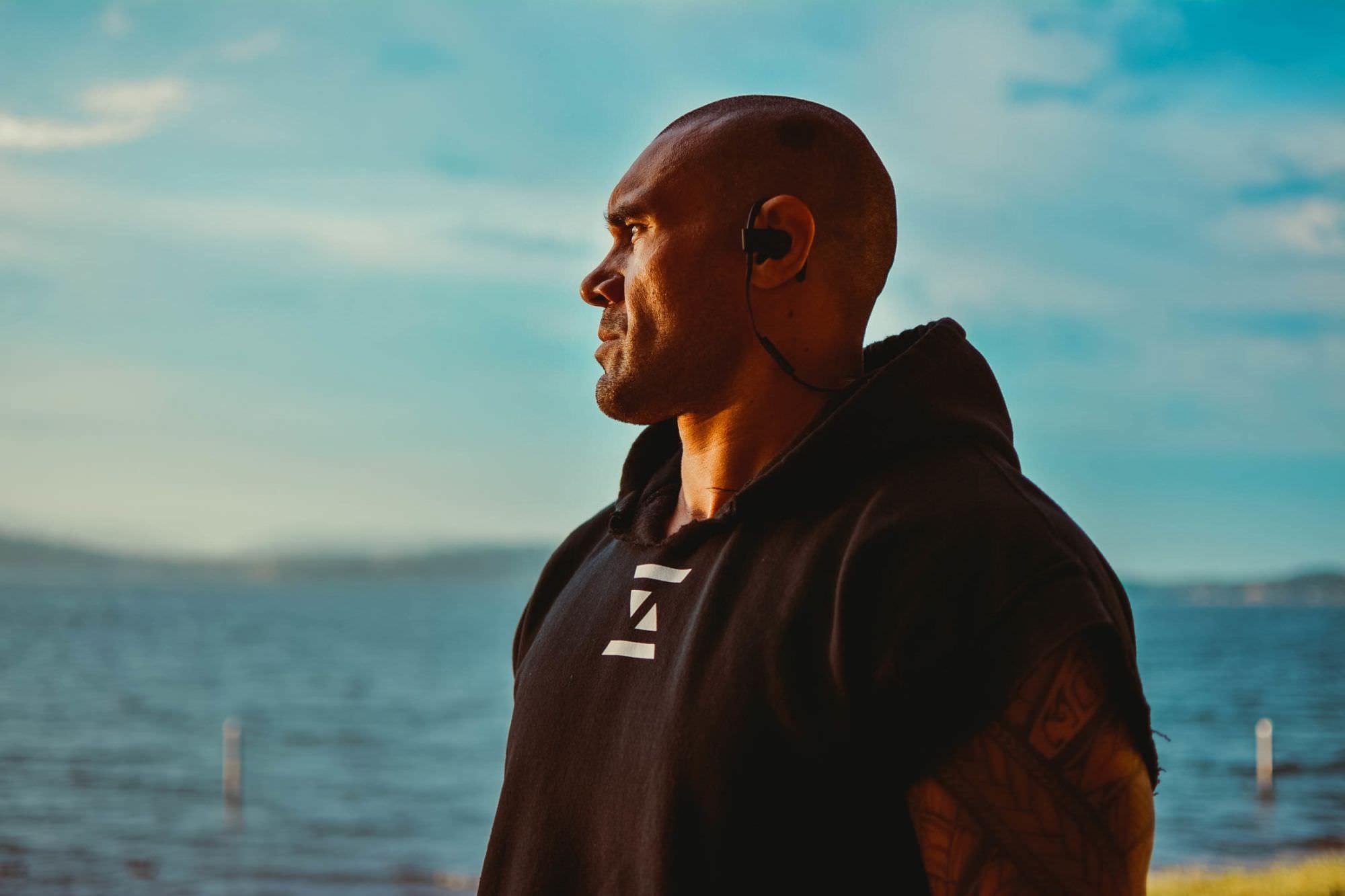 Ex-estrela da NFL Lofa Tatupu lança novo produto: 'CBD mudou completamente minha vida'
