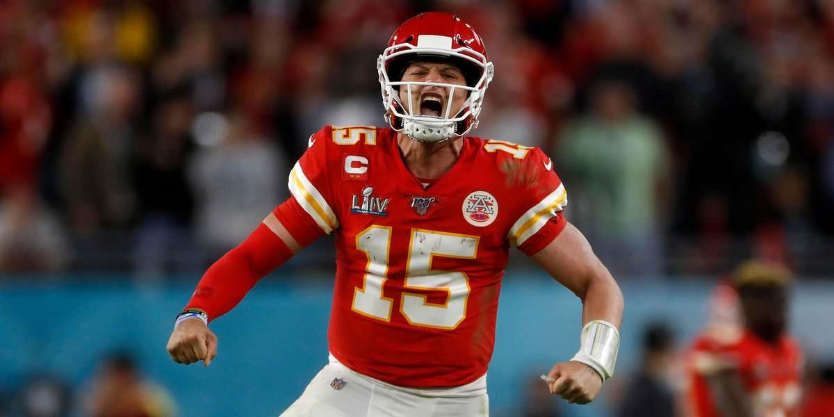 O vídeo mostra como Patrick Mahomes casualmente chamou o jogo de mudança de jogo do Super Bowl, e tudo aconteceu graças a um desafio dos 49ers