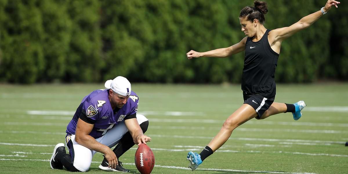 Carli Lloyd chuta um gol de campo no comercial do Super Bowl, e a mensagem vai além dos sonhos da NFL