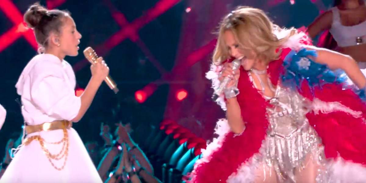 A filha de 11 anos de Jennifer Lopez, Emme, se apresentou com sua mãe no Super Bowl e cantou seu coração