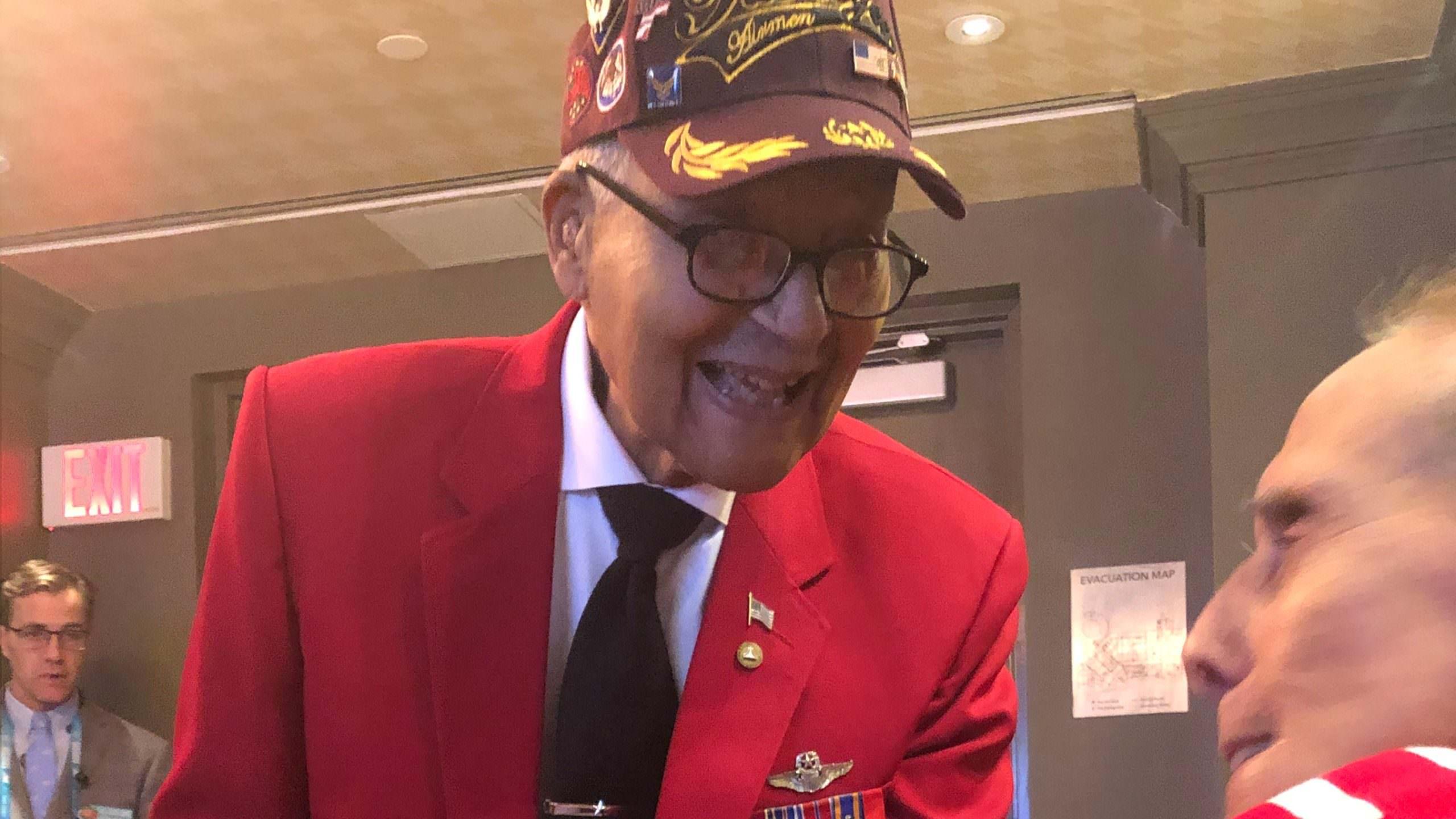 Conheça o veterano de 100 anos que apresentou o sorteio de moedas LIV do Super Bowl