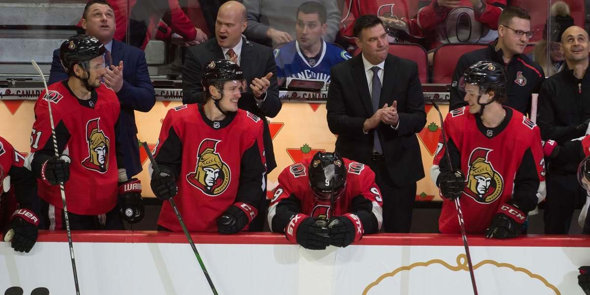 Bobby Ryan, dos senadores de Ottawa, começa a chorar após marcar três gols em seu primeiro jogo em casa desde que deixou a equipe em busca de tratamento por abuso de álcool