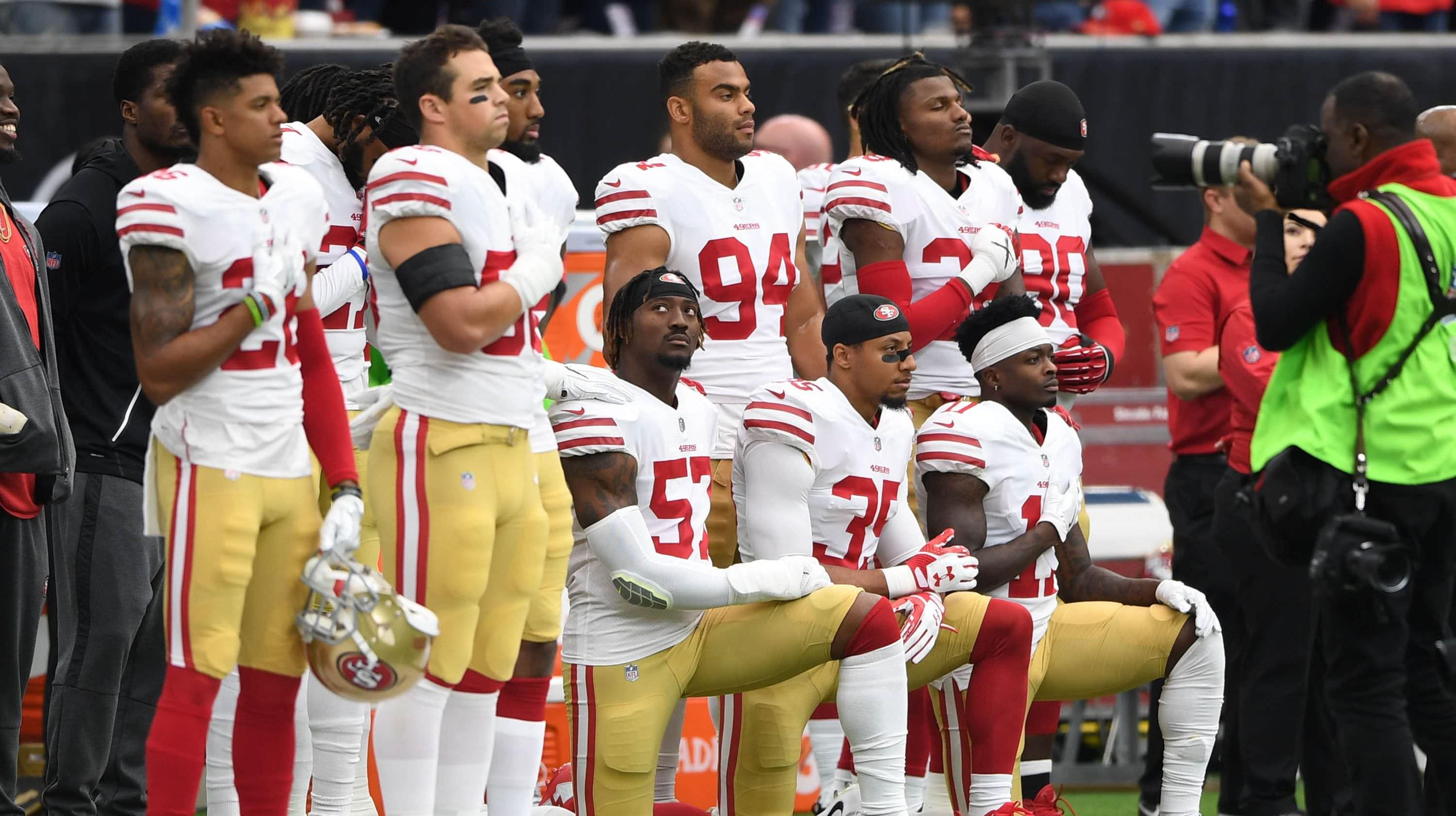 Reportagem: Trolls russos do Twitter ajudaram a inflamar as chamas da controvérsia do hino nacional da NFL