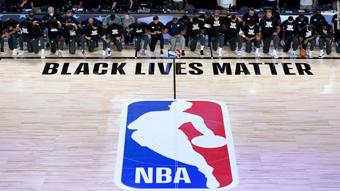 Jogadores da NBA ajoelharam-se antes de iniciar a temporada reaberta